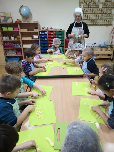 Pieczenie  pizzy - zajęcia kulinarne w grupie 5 -latków ( 15 października 202