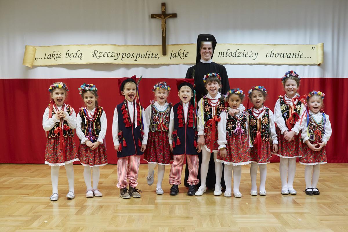 Akademia patriotyczna wykonana przez  grupę 6-latków  ( 30 października 2020