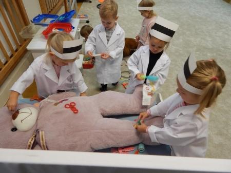 Zabawy 3 latków w kąciku lekarskim