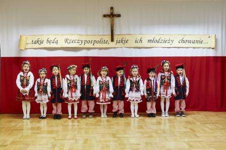 Akademia patriotyczna wykonana przez  grupę 5 -latków